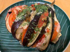 Gefüllte Aubergine ohne Kohlenhydrate für die ketogene Ernährung.